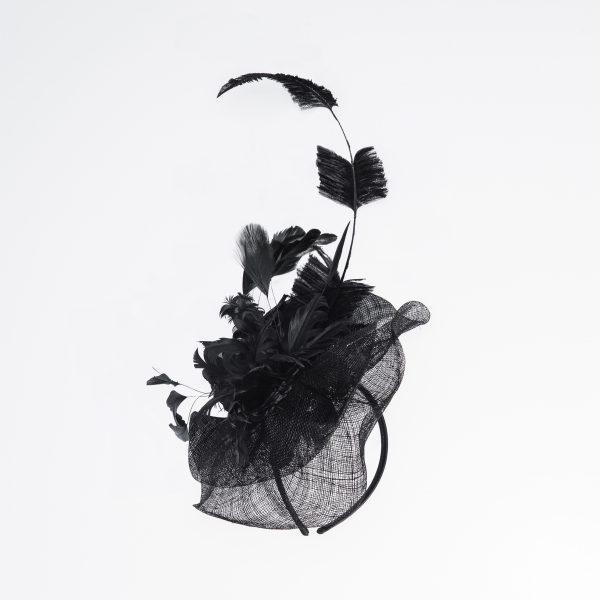 Stilvolles, sehr aufwändig verarbeitetes Strohgeflecht aus zwei einzelnen Scheiben. Harmonisch vereint und raffiniert geschwungen in Form gebracht. Im Zentrum gruppieren sich Hahnen-, Gockel- und Straußenfedern zu einem dekorativen Bouquet. Extravaganter Look. In Schwarz.