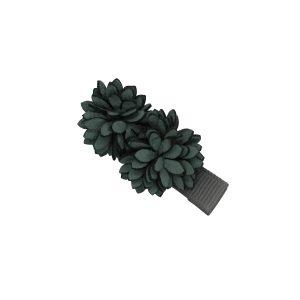 2 wunderschönen ranunkelstrauch Blumen beschmückt auf eine Haarspange.In Grau.